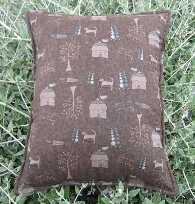 Hollyhock Quiltshop pillow back
